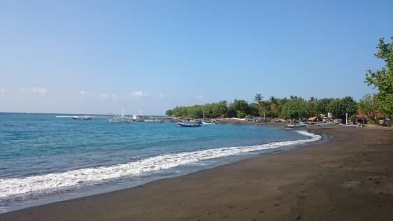 Biasanya wisatawan yang mau mengunjungi pulau Menjangan menginap di daerah Pemuteran.
